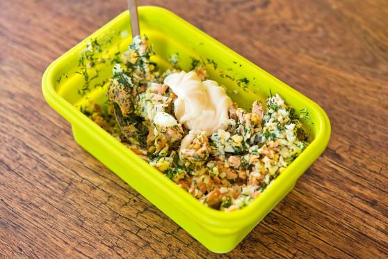 Błyskawiczna pasta jajeczna z łososiem pieczonym w mikrofalówce