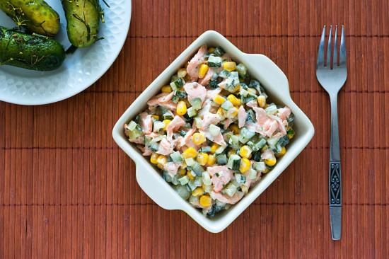 Sałatka z łososiem i ogórkami małosolnymi (1)
