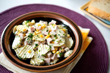 Sałatka z szynką i ogórkami po szwedzku