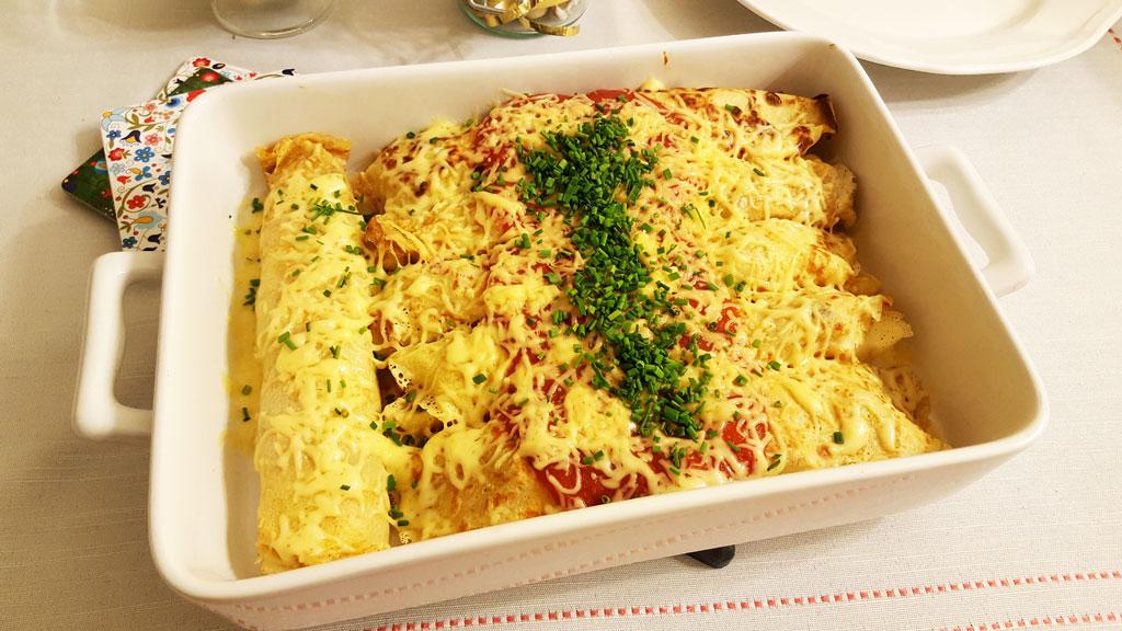Naleśniki--z-kurczakiem-i-kabanosem-w-sosie-pomidorowym