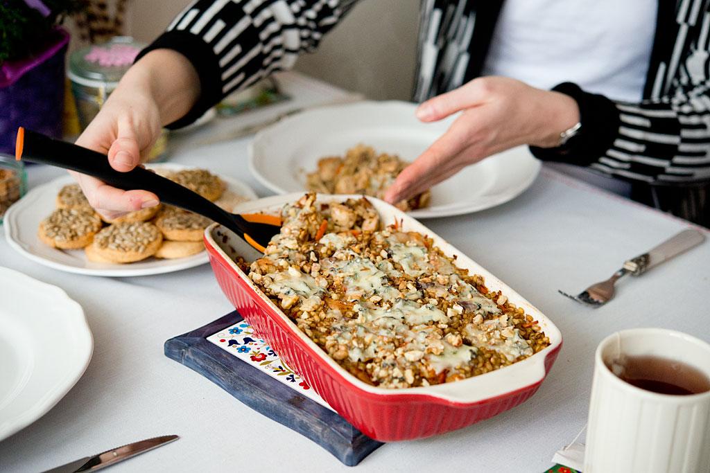 Zapiekanka z kurczakiem, pęczakiem, serem pleśniowym i orzechami dla Siostry