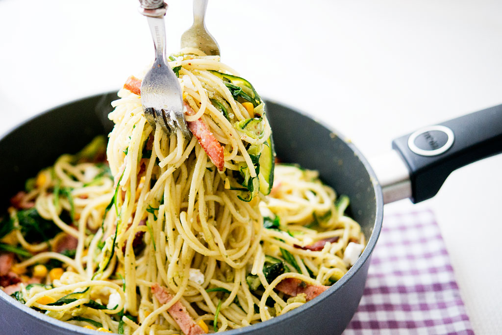 Spaghetti z pesto z pestek dyni, cukinią i rukolą