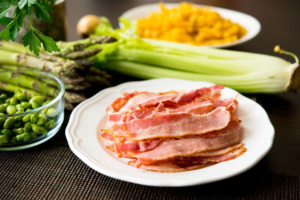 Makaron z boczkiem, szparagami i bobem - składniki.