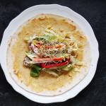 Wrap z hummusem, pulpecikami i warzywami