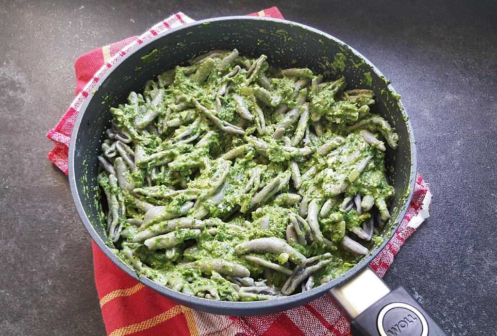 Palony makaron cicatelli z sosem szpinakowo-serowym