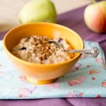 Kasza jęczmienna na mleku z jabłkami, rodzynkami i cynamonem