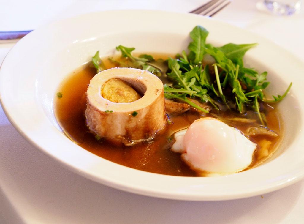Consome wołowe o aromacie anyżu i kardamonu z jajkiem sous vide, borowikami i pieczonym szpikiem wołowym