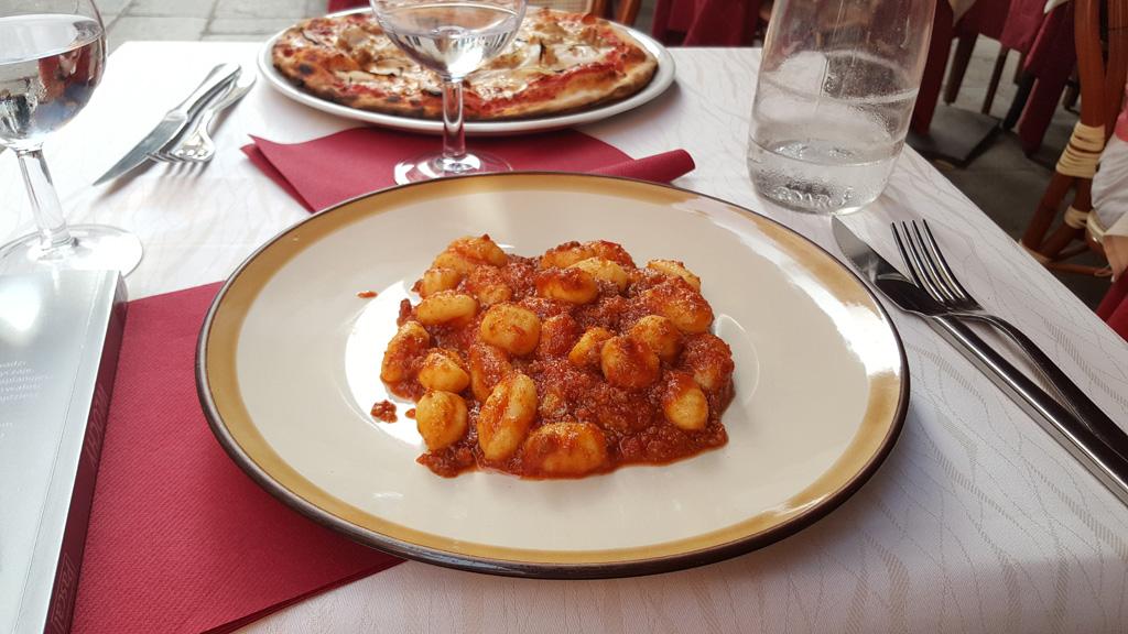 Gnocchi w sosie bolońskim - podane nieopodal Canale Grande w Wenecji.