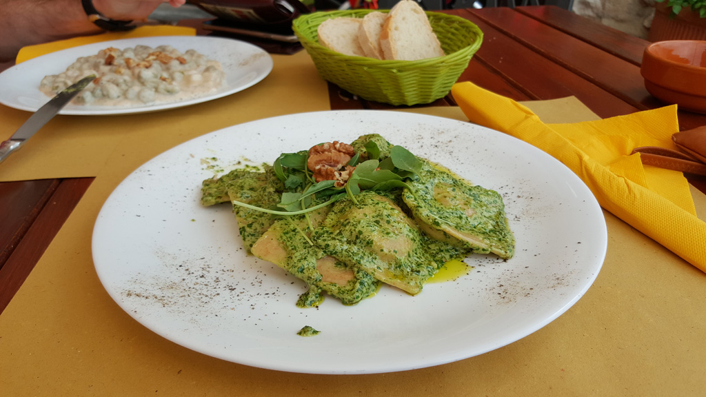 Ravioli w pesto z rukoli i orzechów włoskich