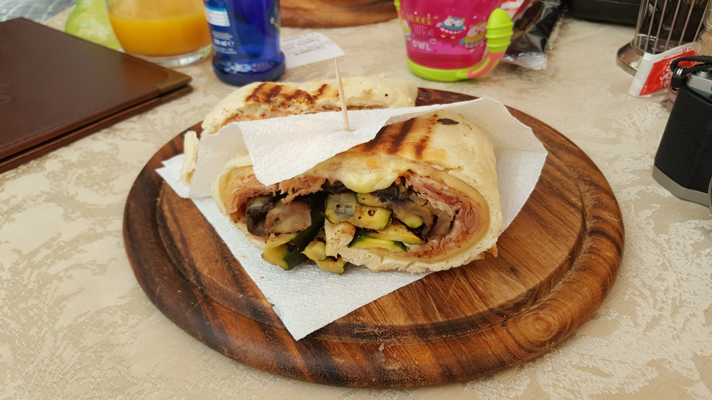 Spianate z porchettą, warzywami i serem fontina - w Padwie.