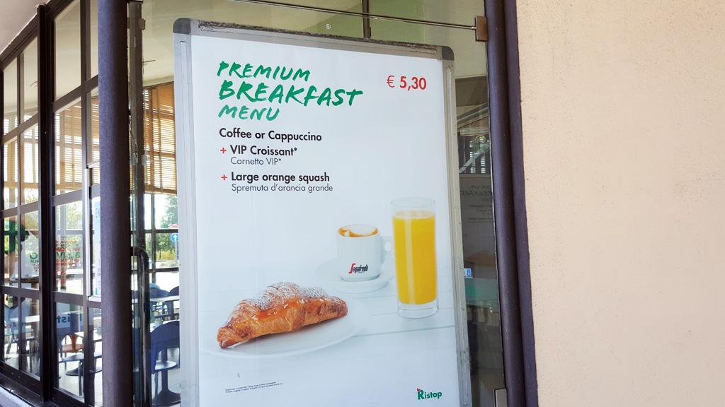 Włoskie śniadanie premium - rogal maślany, kawa i sok
