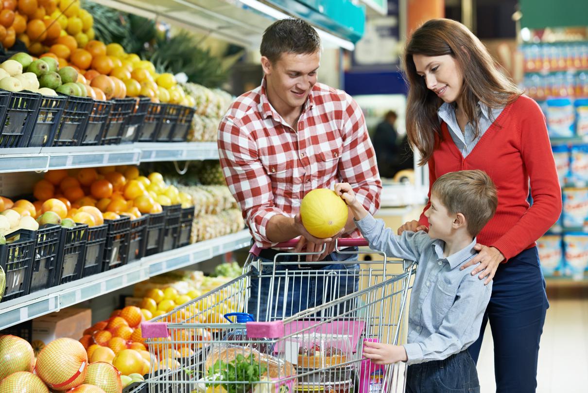 Edukacja żywieniowa dzieci powinna zaczynać się już w sklepie - pokażmy dzieciom jakie produkty warto wrzucam do sklepowego koszyka.