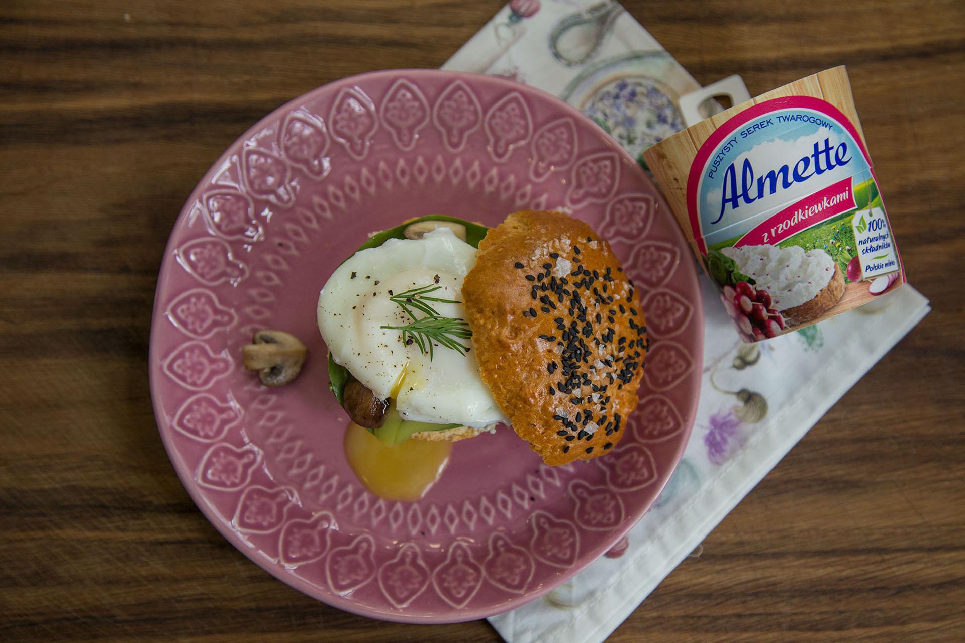 Angielskie scones pieczone, podane z serkiem Almette ze szpinakiem i czosnkiem oraz jajkiem w koszulce.