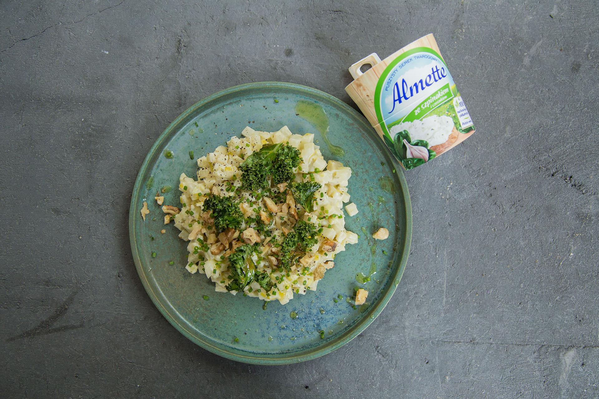 Selerowe risotto z serkiem Almette ze szpinakiem i czosnkiem oraz orzechami włoskimi.