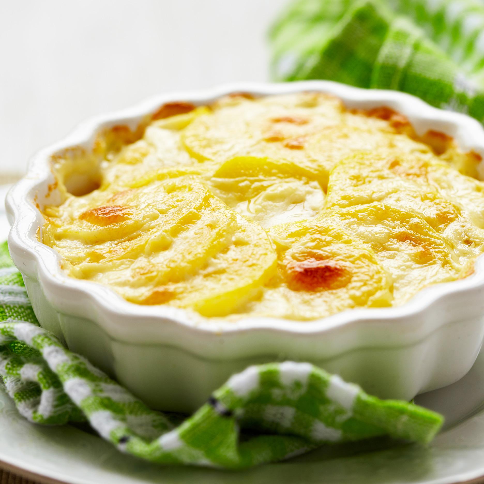 Ziemniaki i ser to genialne połączenie. Nic nie stoi na przeszkodzie, aby wymieszać krowi i kozi ser, i zatopić je w ziemniaczkach.