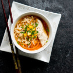Ramen o smaku miso z kurczakiem i warzywami